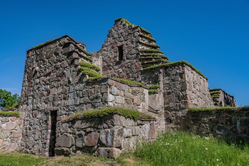 Ruina medieval de la iglesia en un paisaje hermoso del verano imágenes de archivo libres de regalías