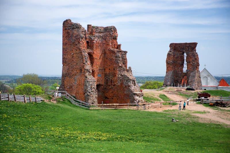 Ruina medieval del castillo en la ciudad de Novogrudok en Bielorrusia imagen de archivo libre de regalías
