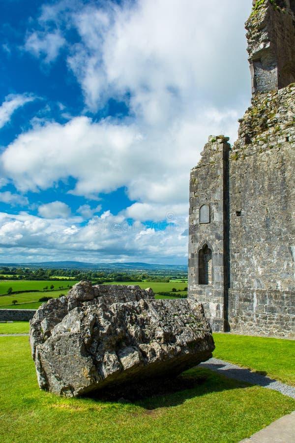 Ruina monaster przy skałą Cashel w Irlandia obrazy stock
