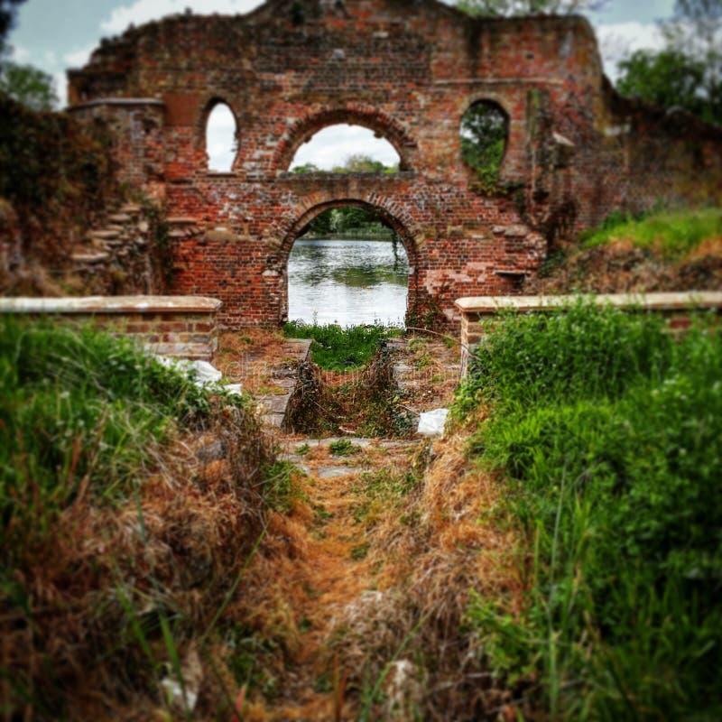 Ruina por el lago fotos de archivo libres de regalías