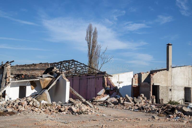 Ruina stary wyburzający dom zdjęcie royalty free