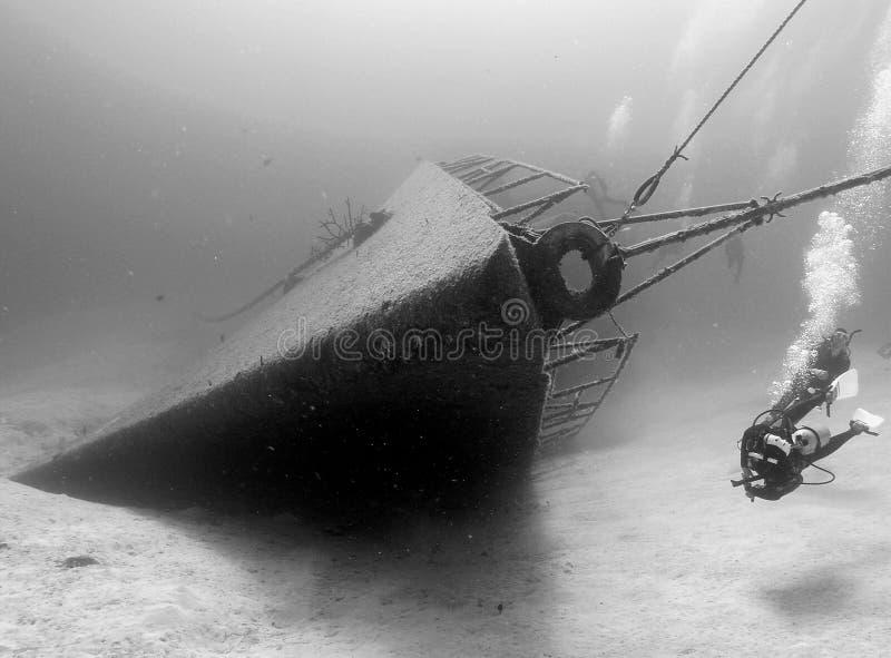 Ruina subacuática blanco y negro de la nave foto de archivo
