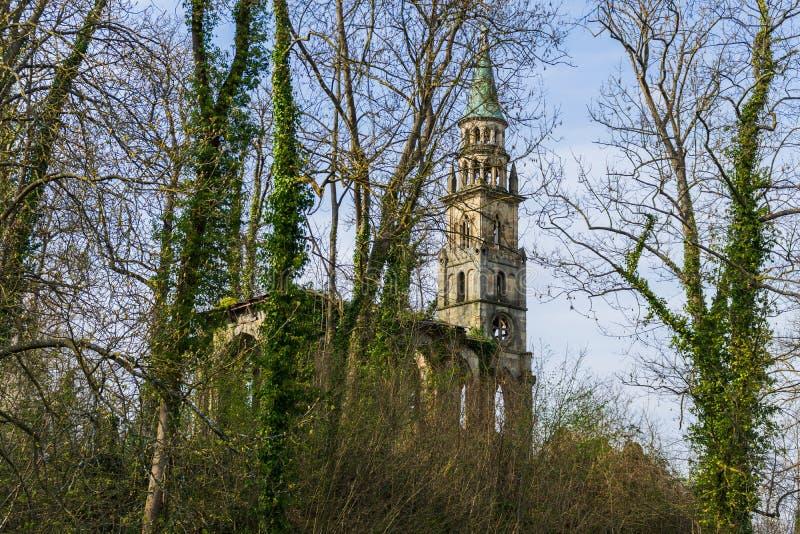 Ruina vieja de la iglesia en una isla en el lago imágenes de archivo libres de regalías