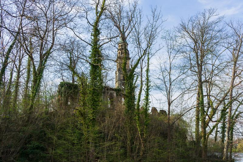 Ruina vieja de la iglesia en una isla en el lago fotos de archivo