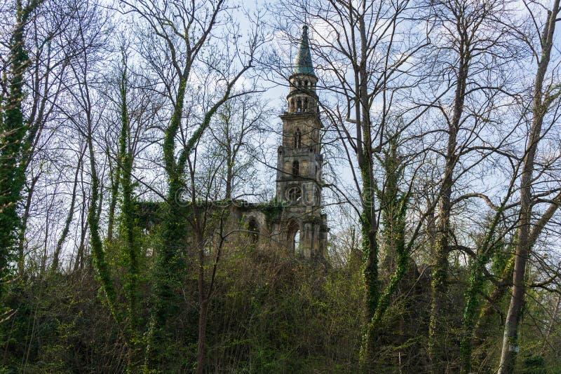 Ruina vieja de la iglesia en una isla en el lago fotos de archivo libres de regalías