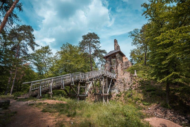 Ruina Zlenice del castillo con el puente de madera cerca del río de Sazava, República Checa, Hrusice fotos de archivo