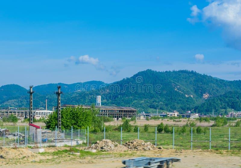 Ruinas abandonadas de la fábrica de los edificios industriales en Rumania imagen de archivo libre de regalías