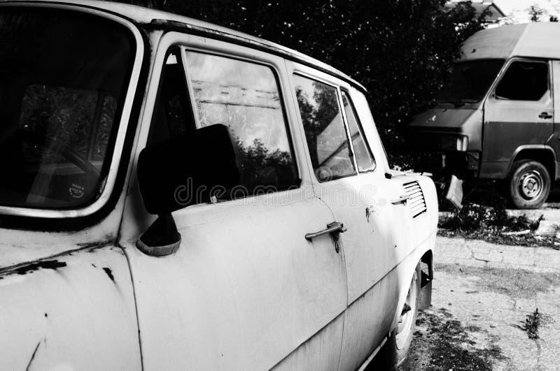 Ruinas abandonadas del coche, blancos y negros foto de archivo libre de regalías