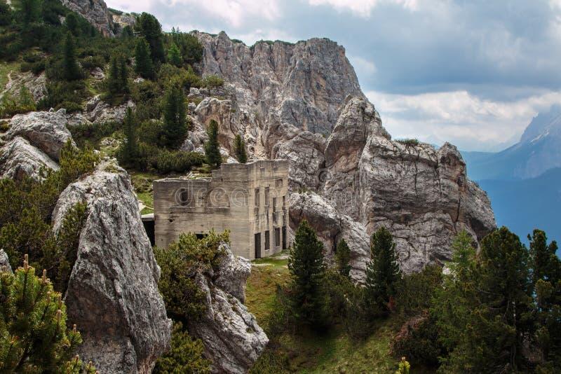 Ruinas abandonadas del edificio en paisaje italiano de las montañas de las dolomías foto de archivo libre de regalías