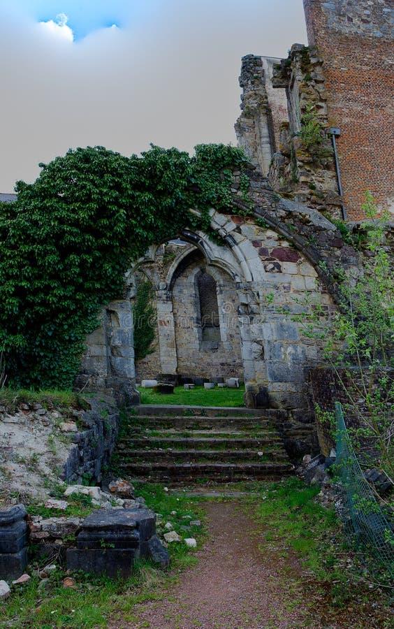 Ruinas Abbey Aulne Thuin Landelies, Bélgica de la puerta de la puerta fotografía de archivo