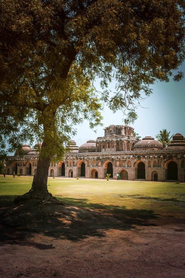 Ruinas antiguas de los establos del elefante, centro real Hampi, Karnatak fotos de archivo