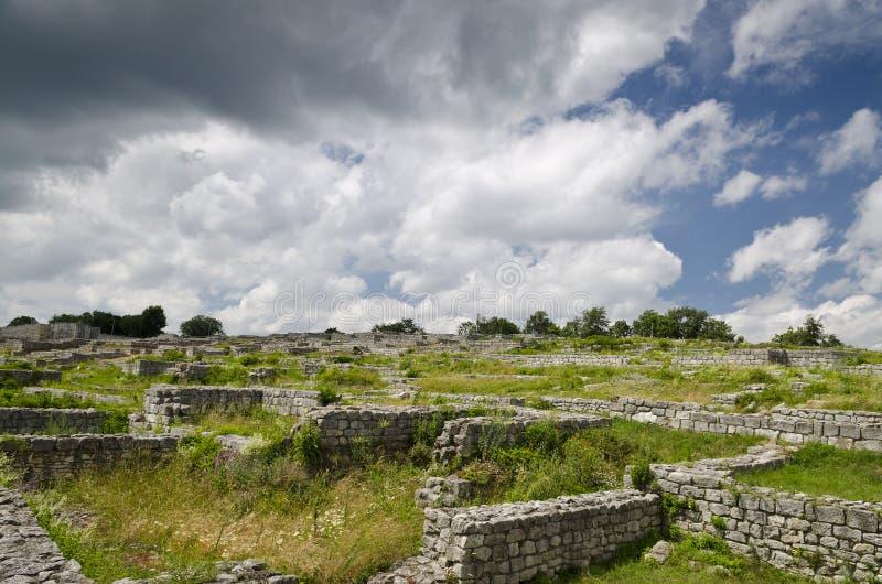 Ruinas antiguas de una fortaleza medieval cerca de la ciudad de Shumen fotografía de archivo