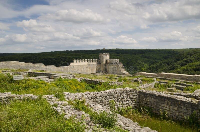 Ruinas antiguas de una fortaleza medieval cerca de la ciudad de Shumen foto de archivo