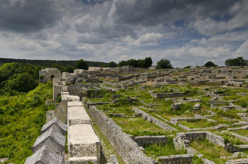 Ruinas antiguas de una fortaleza medieval cerca de la ciudad de Shumen fotos de archivo