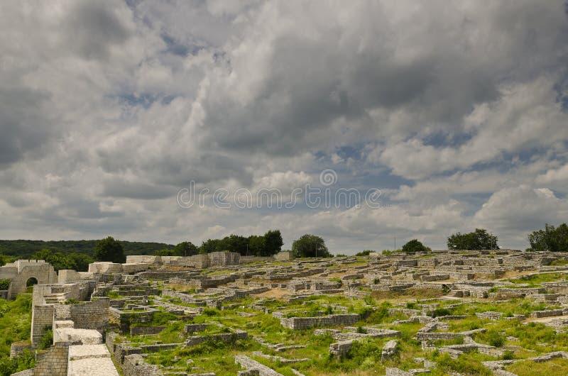 Ruinas antiguas de una fortaleza medieval cerca de la ciudad de Shumen imágenes de archivo libres de regalías
