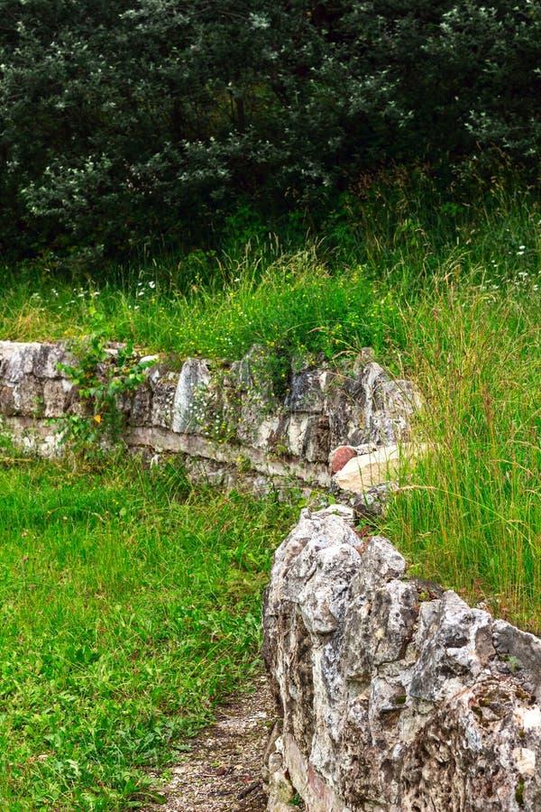 Ruinas antiguas de una pared de piedra fotografía de archivo