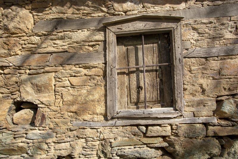 Ruinas antiguas de una puerta en pueblo Pueblo/Esmirna/Turquía de Sirince fotografía de archivo