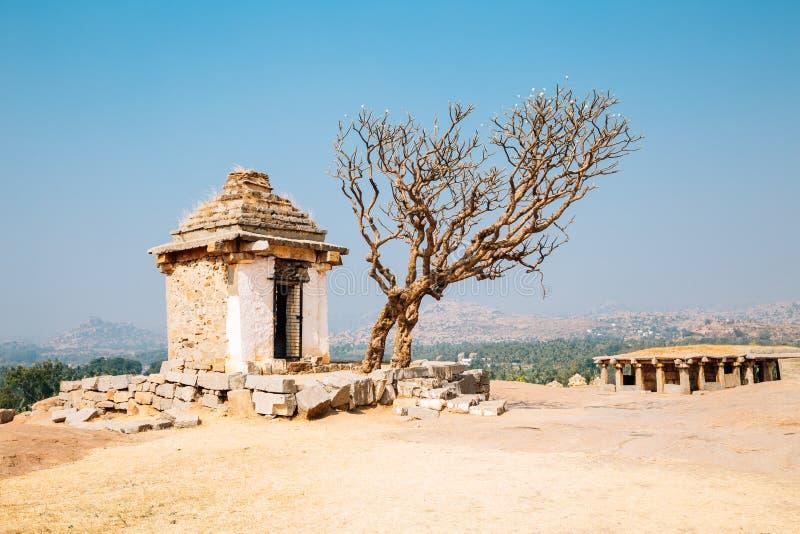 Ruinas antiguas del templo de la colina de Hemakuta en Hampi, la India fotos de archivo