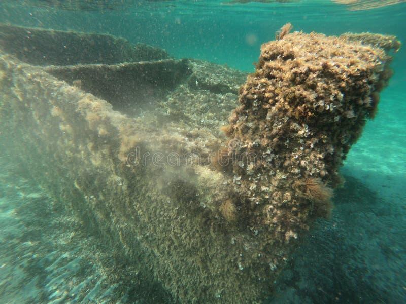Ruinas antiguas subacuáticas en el mar de Cerdeña imagenes de archivo
