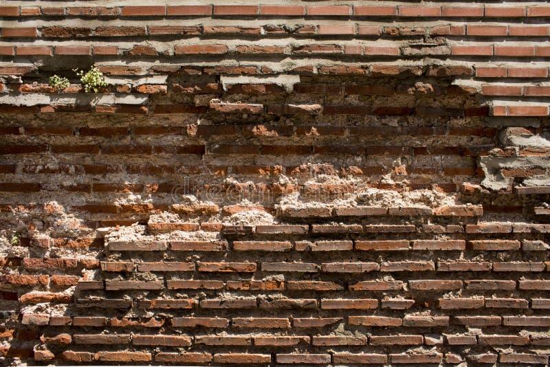 Ruinas antiguas viejas de la pared en ladrillos y hormigón rojizos foto de archivo
