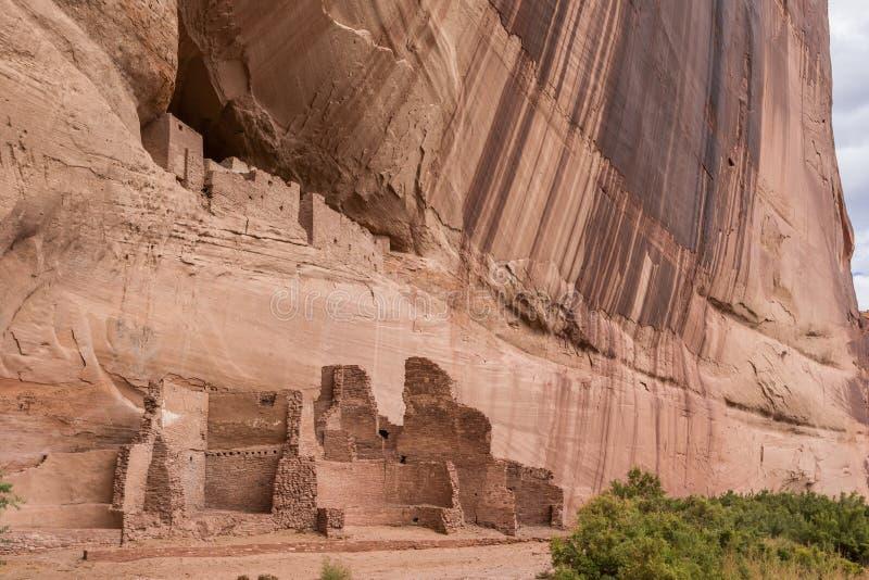 Ruinas blancas de la casa en el monumento nacional de Canyon de Chelly imágenes de archivo libres de regalías