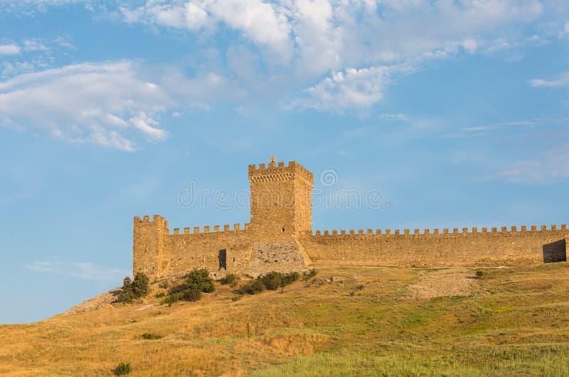 Ruinas de Krym Sudak de una fortaleza vieja en una colina verde foto de archivo