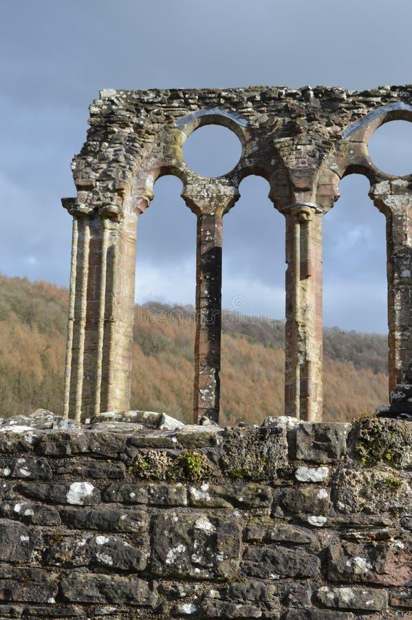 Ruinas de la abadía de Tintern contra un cielo nublado País de Gales foto de archivo