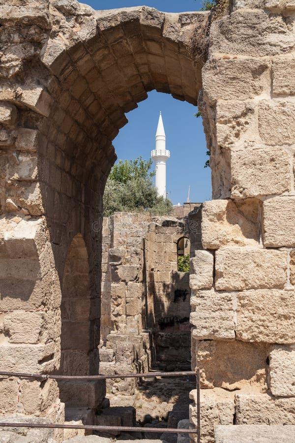Ruinas de la antigüedad en el centro de ciudad Grecia, Rhodes Island en Rhodes City fotos de archivo