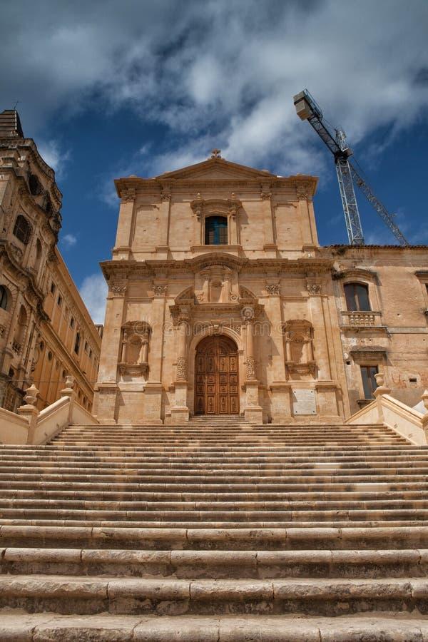 Ruinas de la catedral barroca del estilo en Noto imágenes de archivo libres de regalías