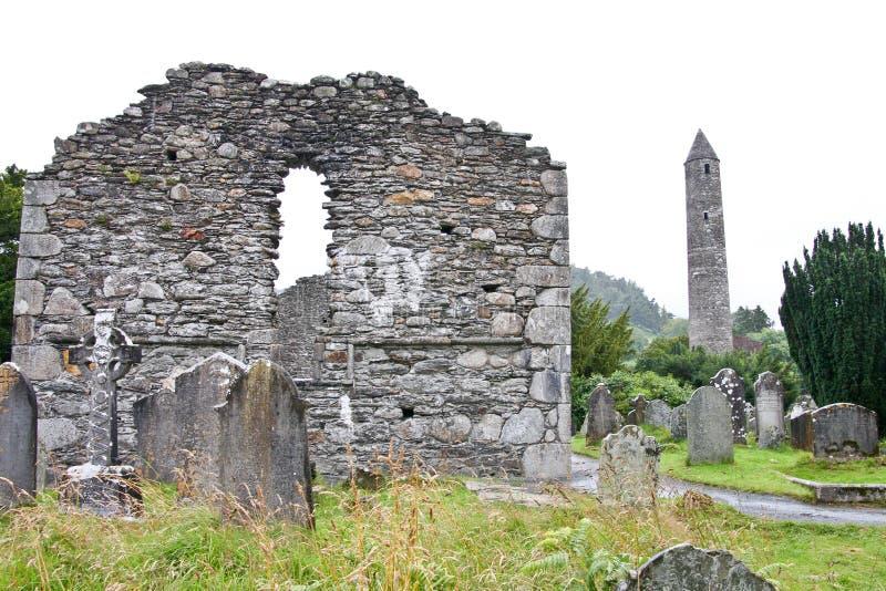 Ruinas de la catedral y de la torre viejas, Irlanda de Glendalough imágenes de archivo libres de regalías