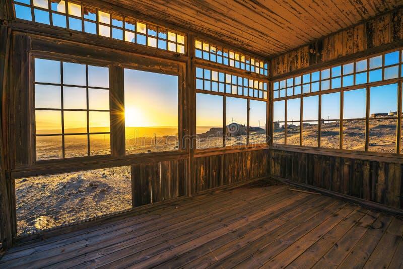 Ruinas de la ciudad minera Kolmanskop en el desierto de Namib cerca de Luderitz en Namibia foto de archivo