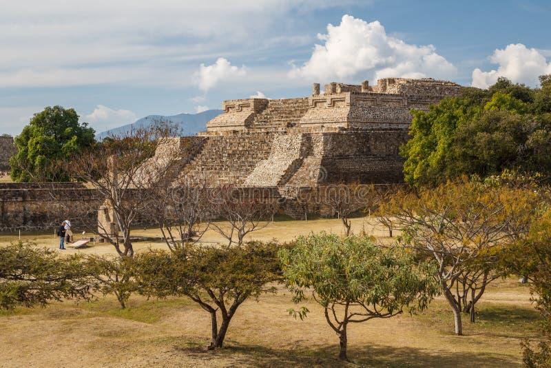 Ruinas de la ciudad Monte Alban, Oaxaca de los pre-hispanos del zapotec fotografía de archivo libre de regalías