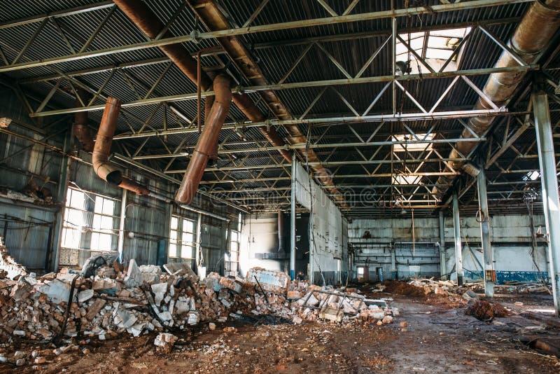 Ruinas de la fábrica o almacén abandonado, constricción industrial espeluznante y vacía grande fotografía de archivo