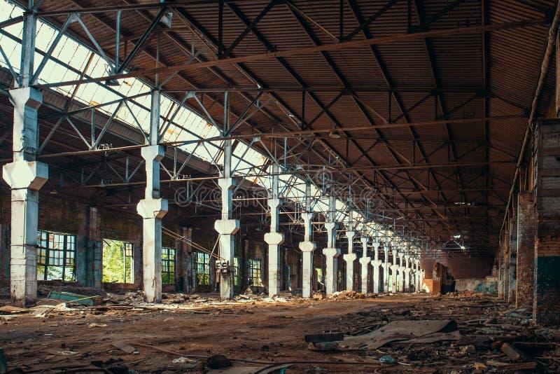 Ruinas de la fábrica o del almacén abandonada con las columnas, la constricción industrial espeluznante y vacía grande fotos de archivo