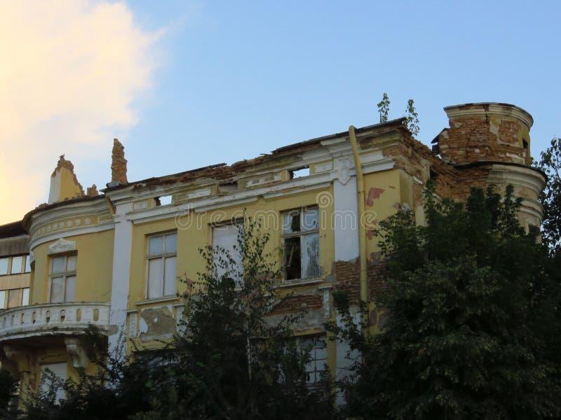 Ruinas de la fachada de un edificio arruinado abandonado foto de archivo libre de regalías