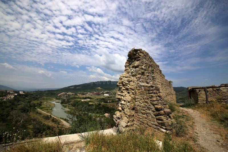 Ruinas de la fortaleza de Bebriscic del siglo IX y de una vista del río de Aragvi foto de archivo
