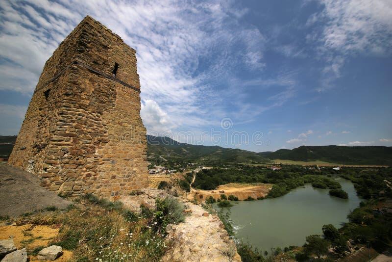 Ruinas de la fortaleza de Bebriscic del siglo IX y de una vista del r?o de Aragvi imagen de archivo libre de regalías