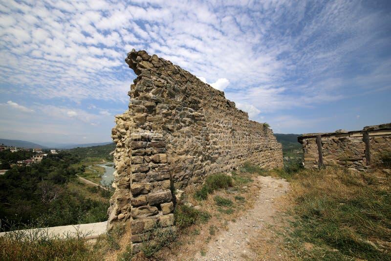 Ruinas de la fortaleza de Bebriscic del siglo IX y de una vista del r?o de Aragvi foto de archivo libre de regalías