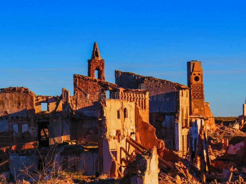 Ruinas de la guerra del pueblo de Belchite en Aragón España en la oscuridad imagenes de archivo