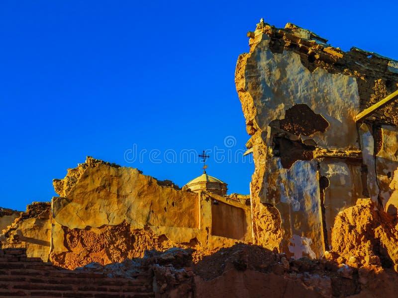 Ruinas de la guerra del pueblo de Belchite en Aragón España en la oscuridad imagen de archivo libre de regalías