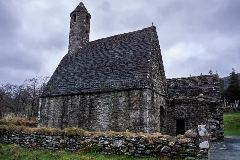 Ruinas de la iglesia antigua y abandonada del St Kevins, Glendalough, Irlanda foto de archivo