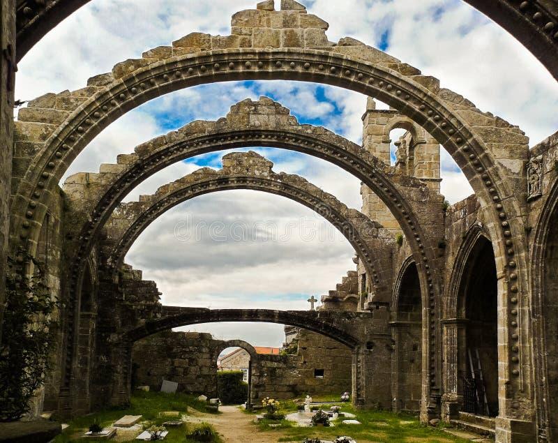 Ruinas de la iglesia del puerto deportivo de Santa en Cambados fotos de archivo