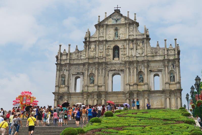 Ruinas de la visita de los turistas de la catedral de Saint Paul en Macao, China foto de archivo