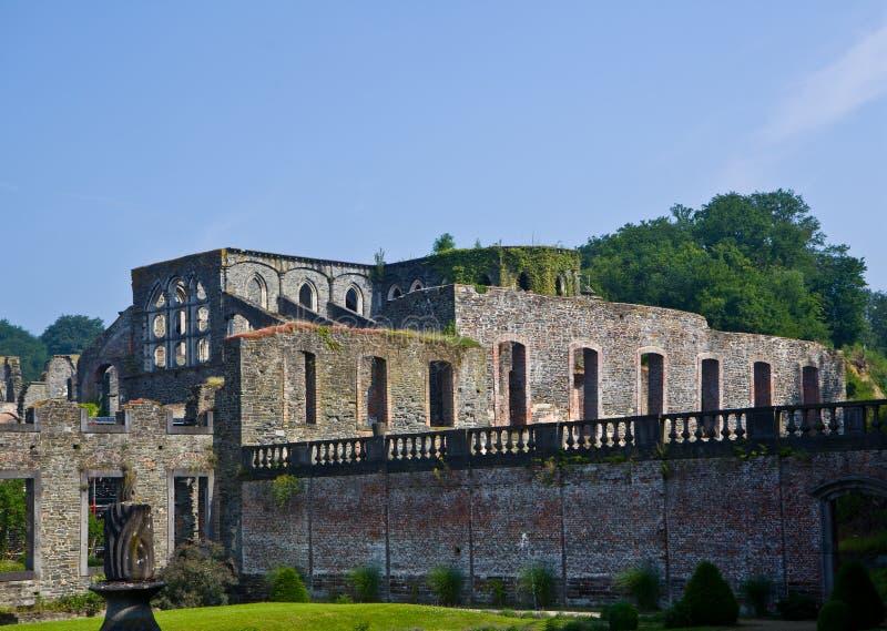 Ruinas de las viviendas de la residencia en el la cisterciense Ville, Bélgica de Villers de la abadía fotografía de archivo