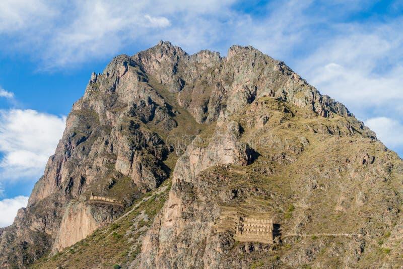 Ruinas de los almacenes del inca de Pinkulluna sobre el pueblo Ollantaytambo, valle sagrado de incas, el PE imágenes de archivo libres de regalías