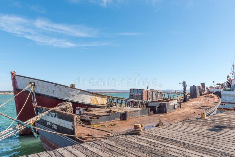 Ruinas de los barcos abajo de pesca pelados en Laaiplek foto de archivo
