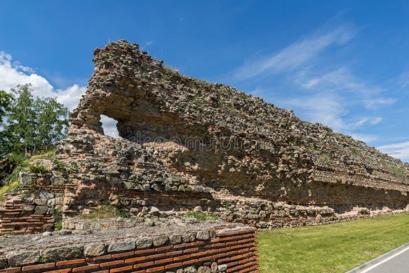 Ruinas de los fortalecimientos romanos en Diocletianopolis, ciudad de Hisarya, Bulgaria fotografía de archivo