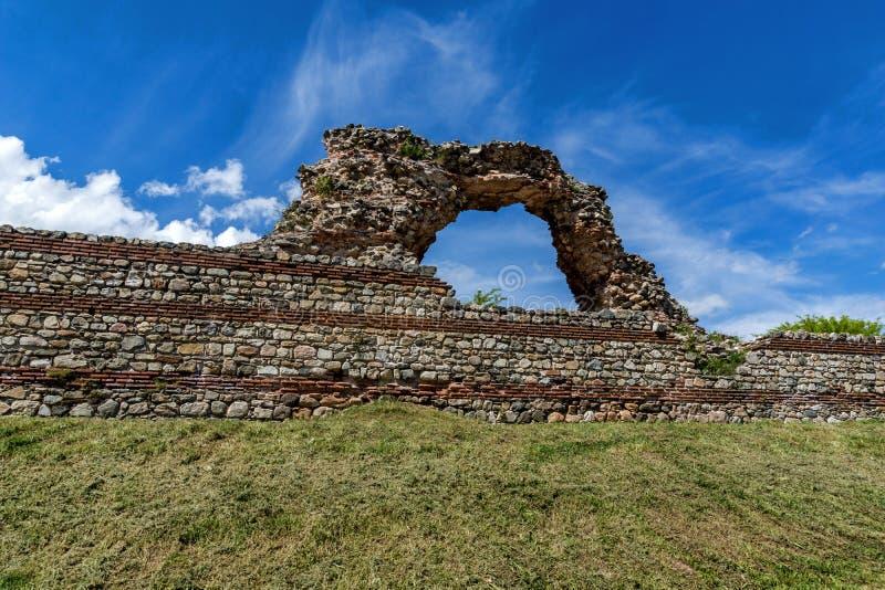 Ruinas de los fortalecimientos romanos en Diocletianopolis, ciudad de Hisarya, Bulgaria imagenes de archivo