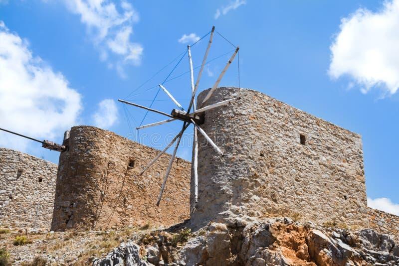 Ruinas de molinoes de viento antiguos en las montañas rocosas con el cielo nublado azul fotografía de archivo