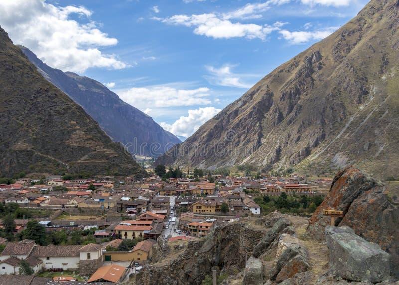 Ruinas de Ollantaytambo, una fortaleza masiva del inca con las terrazas de piedra grandes en una ladera, destino turístico en Per imágenes de archivo libres de regalías
